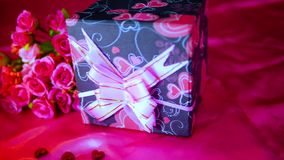 花bouqet、蜡烛燃烧和装饰华伦泰英尺长度  影视素材