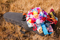 花Verdial五颜六色的花束在吉他盒的 图库摄影