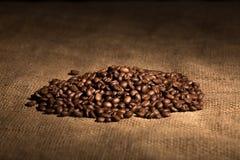 芳香味道咖啡粒,在织地不很细背景的豆 库存图片