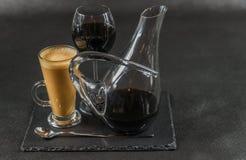 芳香咖啡拿铁用在玻璃水瓶和玻璃, teasp的红葡萄酒 库存照片