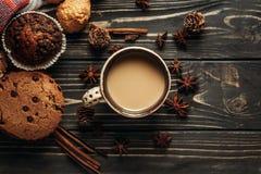 芳香咖啡曲奇饼和茴香平的位置在木背景, 图库摄影