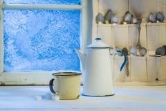 芳香咖啡罐和杯子有匙子的在冬天 库存照片