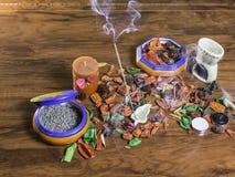 芳香场面用香火棍子、lavander和干燥花 免版税库存图片