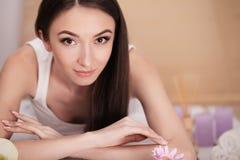芳香巴厘岛放松温泉毛巾 妇女身体关心 美丽的性感的白种人女孩我 免版税库存照片