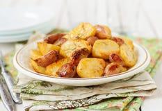 芳香抚人的烘烤土豆用削皮的大蒜、Eschalot和Rosemar 免版税库存图片