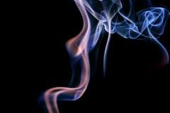 从芳香棍子的抽象淡紫色蓝色烟 免版税库存图片