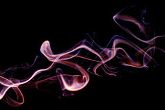 从芳香棍子的抽象淡紫色蓝色烟 免版税库存照片