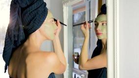 芳香植物的化妆用品 干草本花混合物,面部泥黏土面具,油,应用刷子 全部草本skincare 影视素材