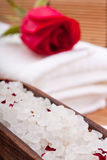 芳香沐浴的玫瑰色盐 免版税库存照片