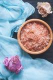 芳香海盐和干花 免版税库存照片