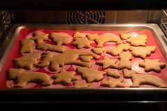 芳香烘烤圣诞节曲奇饼姜饼香料 面团和形式姜曲奇饼的 铺开面团 库存图片