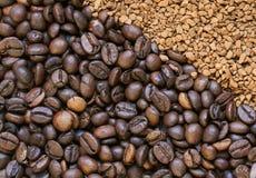 芳香烤咖啡豆和粒子s的背景 图库摄影