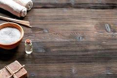 芳香疗法与盐和自然油木背景嘲笑的温泉集合 库存图片