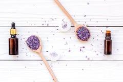 芳香疗法为放松概念 淡紫色分支、温泉盐、油和蜡烛在白色背景顶视图 库存图片