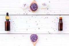 芳香疗法为放松概念 淡紫色分支、温泉盐、油和蜡烛在白色背景顶视图copyspace 免版税图库摄影