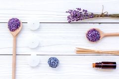 芳香疗法为放松概念 淡紫色分支、温泉盐、油和蜡烛在白色背景顶视图copyspace 免版税库存图片