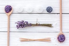 芳香疗法为放松概念 淡紫色分支、温泉盐和蜡烛在白色背景顶视图 库存图片