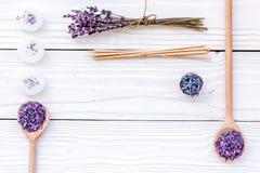 芳香疗法为放松概念 淡紫色分支、温泉盐和蜡烛在白色背景顶视图copyspace 免版税库存图片