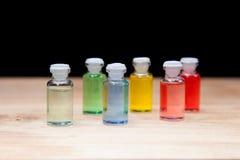 芳香疗法五颜六色的瓶油 免版税库存照片