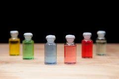 芳香疗法五颜六色的瓶油 库存图片