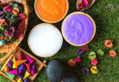 芳香疗法和糖和盐按摩的温泉泰国设置与在床上的花,放松和健康关心,精选的焦点 免版税库存图片