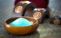 芳香疗法和糖和盐按摩的温泉泰国设置与在床上的花,放松和健康关心, 库存照片