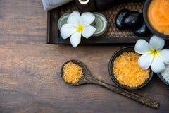芳香疗法和糖和盐按摩的温泉泰国设置与在床上的花,放松和健康关心 免版税图库摄影