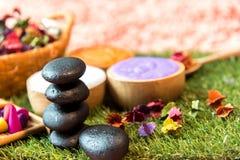 芳香疗法和糖和盐按摩的温泉泰国设置与在床上的花,放松和健康关心 库存图片