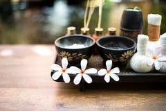 芳香疗法和糖和盐按摩的温泉泰国设置与在床上的花,放松和健康关心 免版税库存图片