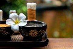 芳香疗法和糖和盐按摩的温泉泰国设置与花, 图库摄影