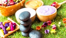 芳香疗法和糖和盐按摩的,与花的岩石温泉温泉泰国设置在床上,放松和健康关心 图库摄影