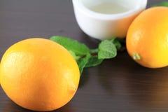 芳香疗法油用柠檬和薄菏 库存图片
