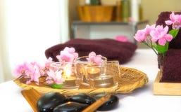 芳香疗法的温泉泰国设置与在床上的花,放松和健康关心,软性并且选择焦点 图库摄影