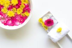 芳香疗法的温泉泰国设置与在床上的花, 库存图片