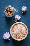 芳香腌制槽用食盐、桂香和干花 库存照片