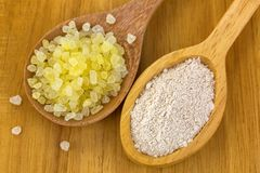 芳香腌制槽用食盐,在木的干澳大利亚黏土面具粉末 免版税库存照片