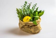 芳香草本和柠檬在袋子 免版税库存图片