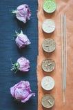 芳香蜡烛、香火棍子和干花 图库摄影
