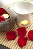 芳香蜡烛概念瓣玫瑰色温泉 库存照片