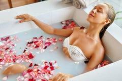 芳香巴厘岛放松温泉毛巾 妇女身体关心 花巴恩 秀丽skincare 免版税库存照片