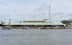 芹苴市,越南- 2014年11月30日:一个Binh市场的宽看法从河边的,在湄公河detal,在越南南部 库存照片