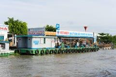 芹苴市,越南- 2014年11月30日:在连队河,湄公河的一个浮动流动汽油和油驻地三角洲 库存照片