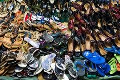 芹苴市,越南- 2014年11月29日:塑造在销售中的产品在商店在芹苴市市夜市场上 免版税库存照片