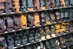芹苴市,越南- 2014年11月29日:塑造在销售中的产品在商店在芹苴市市夜市场上 免版税库存图片
