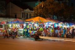 芹苴市,越南- 2014年11月29日:芹苴市市夜市场 旅游参观买纪念品的市场在离开城市前 库存图片