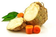 芹菜根和红萝卜与绿色新鲜的绿叶混合菜 库存图片