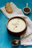 芹菜根汤纯汁浓汤与亚麻籽的 库存照片