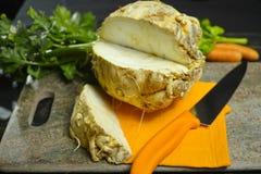 芹菜根-楔子粗根芹菜,维生素,新鲜健康的来源 免版税库存照片