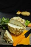 芹菜根-楔子粗根芹菜,维生素,新鲜健康的来源 库存照片