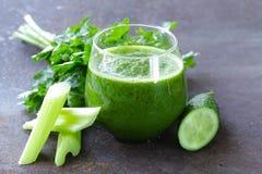从芹菜,黄瓜的新鲜的绿色汁液 库存照片
